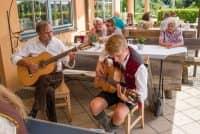 Gitarrenspieler auf Terrasse